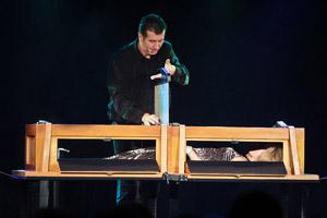 Phil keller spectacle de magie - Magie femme coupee en deux explication ...